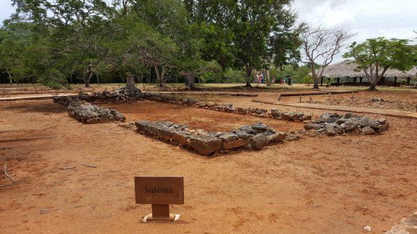 Ruinas dela primera iglesia el árbol bajo el cual se celebró la primera misa.